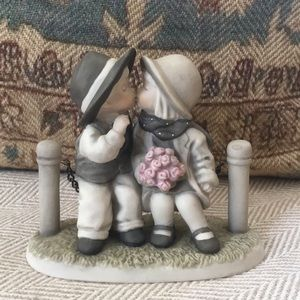 """Enesco porcelaine figurine """"with love and kisses"""""""